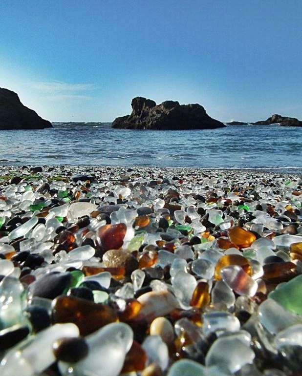 La plage de verre de Fort Bragg en CalifornieLa pollution des océans peut-elle avoir une valeur esthétique? La question se pose en Californie, et plus particulièrement sur la plage de Glass Beach, à Fort Bragg. Cette plage, qui porte bien son nom («glass»: «verre») est recouverte d'éclats de verre issus des déchets produits par l'homme. Ces morceaux, brassés et polis par l'incessant mouvement de l'eau et du sable, sont finalement rejetés sur la côte, où ils éblouissent les passants…