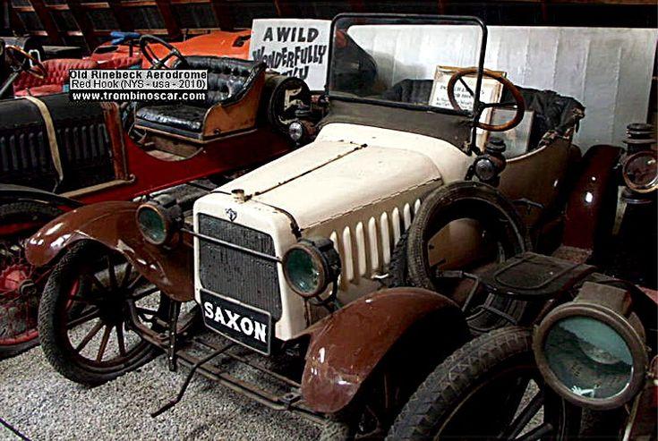 Saxon Model A Roadster 2 Pass, voiture routière de 1914  La Saxon Model A Roadster 2 Pass, ce véhicule ancien fut fabriqué en 1914, 7 127 exemplaire de Saxon pour 1914, vendu $395, carrosserie roadster 2 portes 2 places - moteur 4cyl de 95cid développant 12cv.