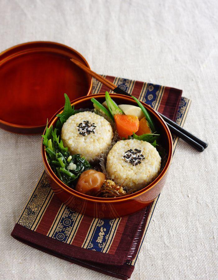 お弁当箱:春慶塗り? Brown rice balls bento/玄米おにぎり弁当