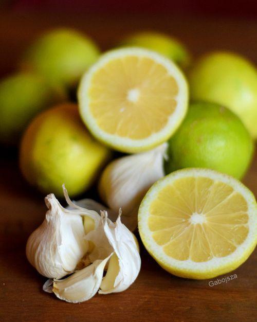 Értisztítás házilag. Még a gyógyszerpárti orvos nővérem is elismerte, hogy hatásos.     Hozzávalók:  30 gerezd fokhagyma  5 db bio citr...