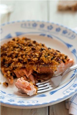 Note di cioccolato: Filetti di salmone in crosta con pomodori secchi e olive.