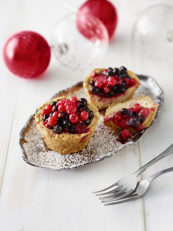 Valitse oman makusi mukaisia marjoja ja leivo ihania juustokakkusia. Ohje sijaitsee täällä: www.dansukker.fi/fi/resepteja/juustokakkuset.aspx #juustokakkuset #leivonta #resepti #ohje #joululeivonnaiset