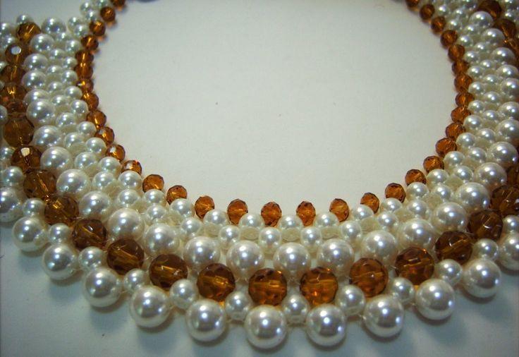 Maxi colar de pérolas e cristais cor âmbar, técnica de entrelaçamento. Aceita-se encomenda.