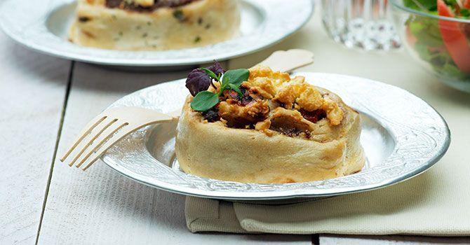Lunch of voorgerecht 8 broodjes Bereidingstijd 25 minuten + 2 uur rijzen en 20 minuten oven  Bereidingswijze: Meng de bloem in een kom met gist, 1 theelepel zout, olijfolie en 250-300 ml lauwwarm water tot een zacht deeg.