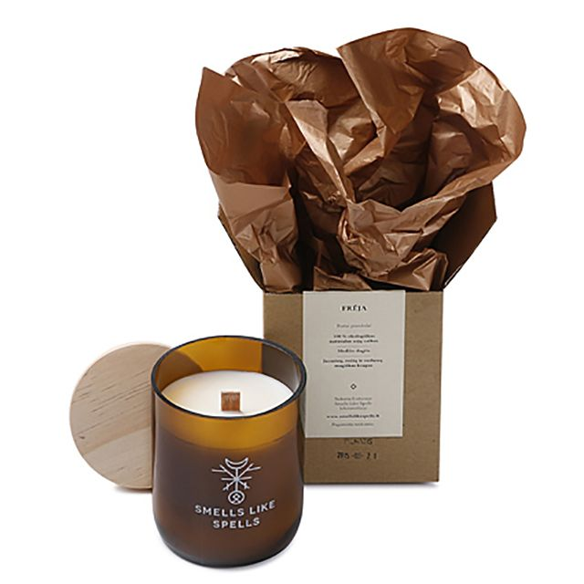 Smells Like Spells // FREYA handgemachte Sojawachs Duftkerze Rosen Jasmin Verbena  • aus 100% biologischem Sojawachs • mit Holzdocht, der beim Brennen angenehm knistert • hochwertiges Glas mit Holzdeckel • 100% Vegan • koscher, zertifiziert von Orthodox Union • verbrennt schadstofffrei & zweimal langsamer als gewöhnliche Paraffinkerzen • durch den niedrigen Schmelzpunkt ausbreitet sich das Aroma schneller und gleichmäßiger #MECode #Onlineshop #SmellsLikeSpells #Sojawachsduftkerze #Duftkerze