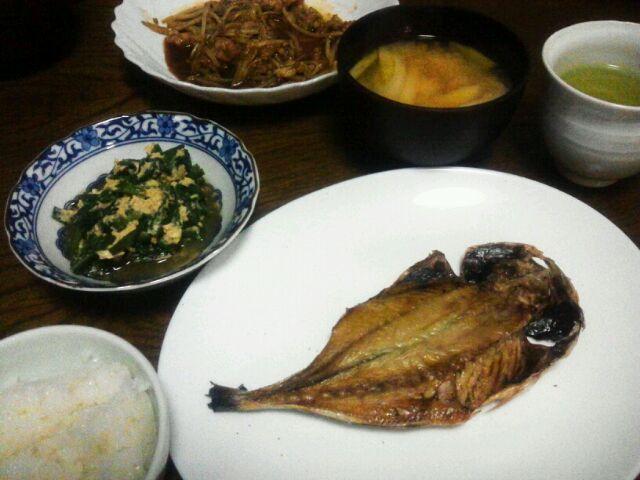 お昼がロコモコ丼だったので 夜は魚が食べたくなったわ(*^_^*) - 22件のもぐもぐ - 鰺の開き&もやしと豚の炒めもの&ニラ玉&豆腐の味噌汁 by sakachinmama