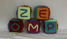 5 Dobbelstenen met 6 verschillende kleurtjes. Voor het kind dat net leert te schrijven op een speelse wijze.  6 Mogelijkheden om namen te maken in dezelfde kleur:   Voor het patroon ga naar http://www.wolgeitwebshop.com/a-30138710/speelgoed/educatieve-dobbelstenen-met-letters-en-rammeltjes/   Ook heb ik een website waar u al mijn creaties kunt zien: http://www.dewolgeit.nl.