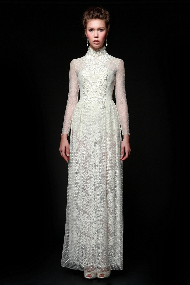 2012 | Sapto Djojokartiko    White lace long-sleeved dress with cheongsam collar and embroideries detail