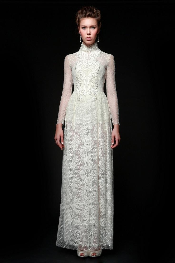2012 | Sapto Djojokartiko    White lace long-sleeved dress with cheongsam collar and embroideries detail
