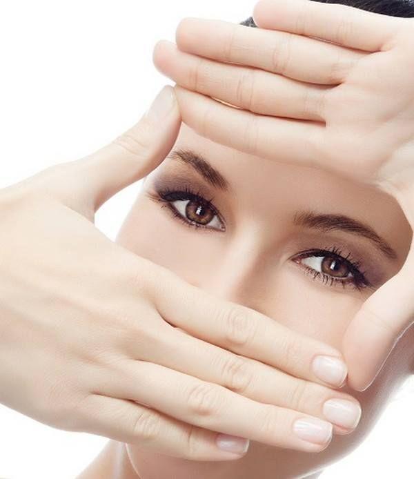 Βάλτε παγωμένο νερό σε ένα μπωλ και βάλτε λίγες σταγόνες ροδόνερο, 2-3 σταγόνες μελιού και απλώστε το στα μάτια. Μπορείτε να ανοιγοκλείσετε τα μάτια σας αν θέλετε. Πετάξτε αυτό το νερό και φτιάξτε το ίδιο για το άλλο μάτι και επαναλάβετε τη διαδικασία. Μετά από αυτό, πλύντε τα μάτια σας με κρύο, μεταλλικό νερό. Μπορεί να έχετε μια μικρή ερυθρότητα στα μάτια αλλά θα φύγει σύντομα σε λίγα λεπτά.  Εδώ θα βρείτε περισσότερα προϊόντα περιποίησης δέρματος: http://gr.strawberrynet.com/skincare/