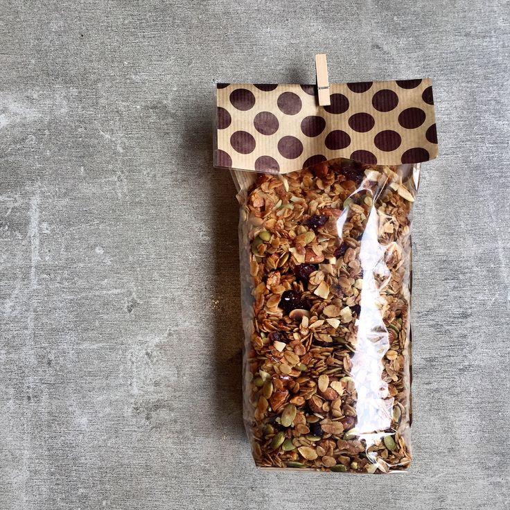 Granola Artesanal a base de avena orgánica, almendras, cranberries y semillas de calabaza; endulzada con miel de abejas pura