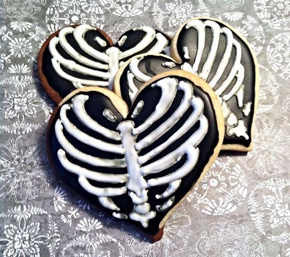 Galletas de corazón decoradas con costillas para halloween, un presentación de postre divertida. #PostresHalloween