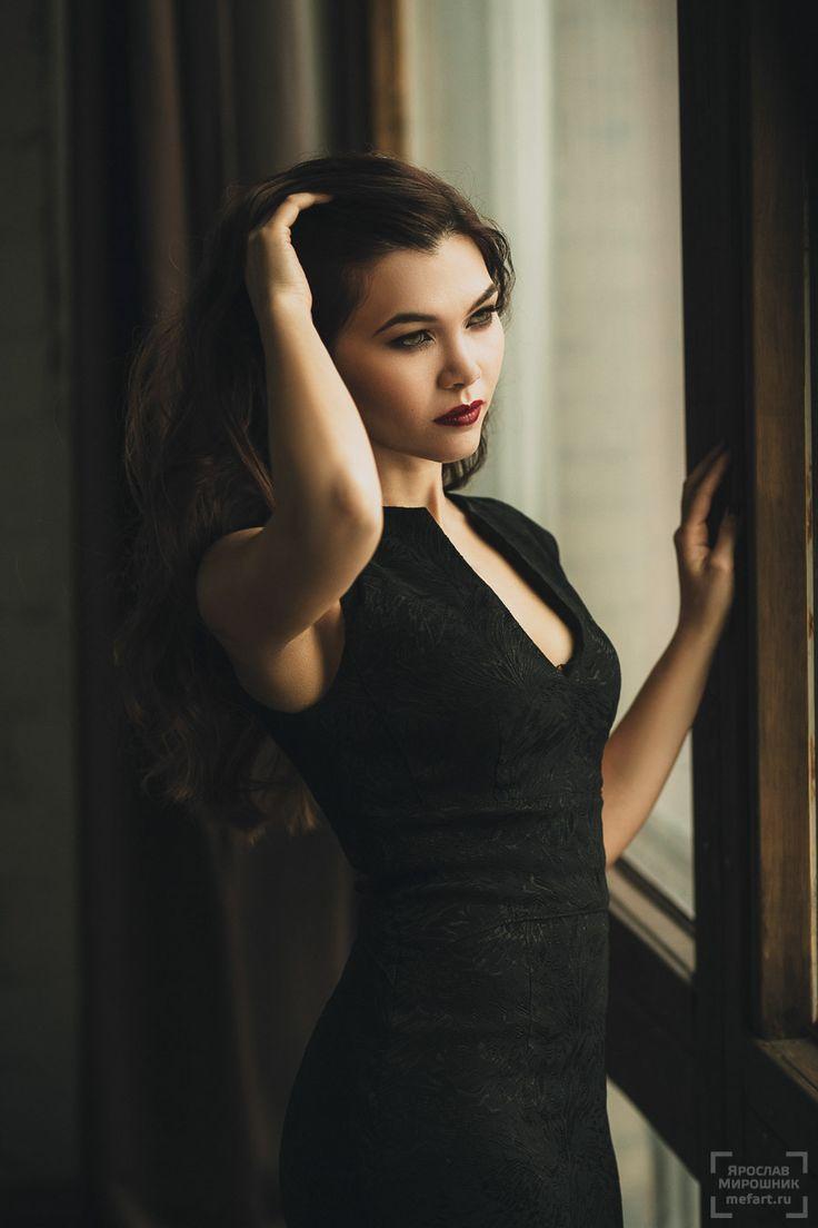 Девушка с красными губами в черном платье