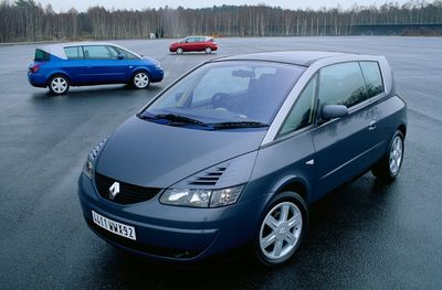 """En lancant l'Avantime """"Un coupé Space"""", Renault a sans doute commis sa plus lourde erreur dans le haut de gamme : avoir pensé qu'il y avait une place pour des monospaces « de luxe ». L'histoire a montré qu'au contraire, le monospace allait devenir un bien de consommation courante, et que la clientèle aisée allait chercher un moyen de se différencier avec des 4X4."""