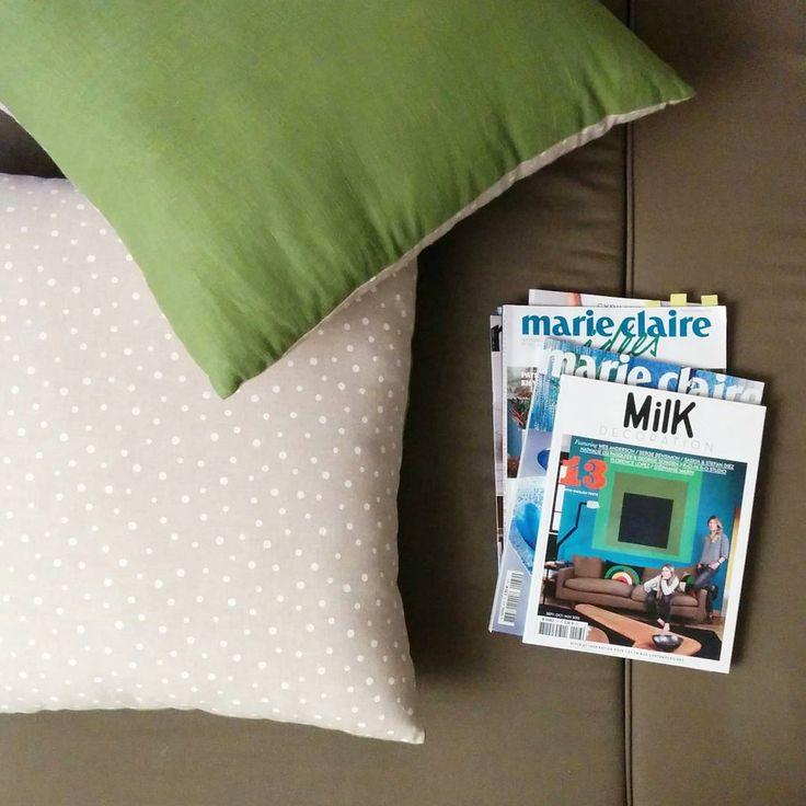 Avec le froid qui s'installe, on reprend les soirées cocooning : un magazine déco, un pyjama chaud et des coussins moelleux !  #evening #cushions #couch #magazine #deco #relax #goodtime #goodevening #milkdecoration #marieclairemaison #bloupcoussins
