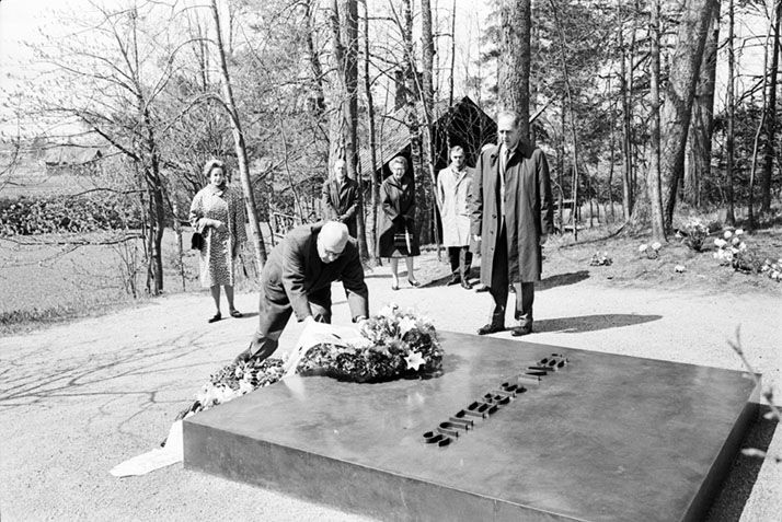 George Szell laying a wreath on the grave of Sibelius, 1965