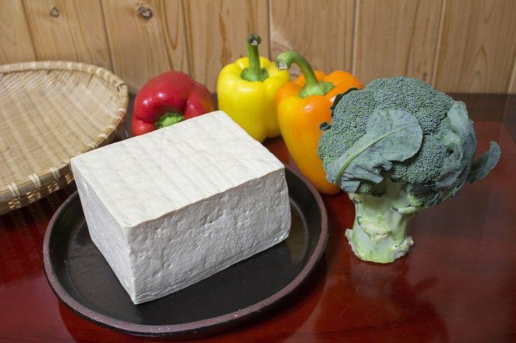 Tofu, cos'è e come si utilizza in cucina in 5 ricettePosted on Apr 14th, 2017byCategories:Il tofu, anche detto formaggio vegetale, è un alimento di origine giapponese. Diffusosi poi in tutto …