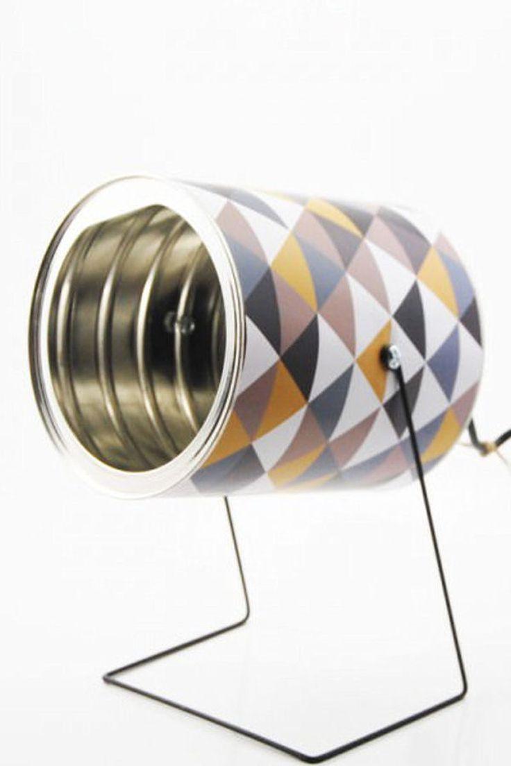 Une lampe en boîte de conserve Simple mais efficace, cette petite lampe est fabriquée à partir d'une boîte de conserve, d'une douille, d'un support en métal et d'un cordon. Pour la touche déco, l'extérieur de la boîte est recouvert d'un papier à motifs, comme ceux que l'on utilise pour le scrapbooking. Une création de Mr-and-Mrs-bin qui est présentée sur le site Recyclart. ©  Mr-and-mrs-bin - Recyclart