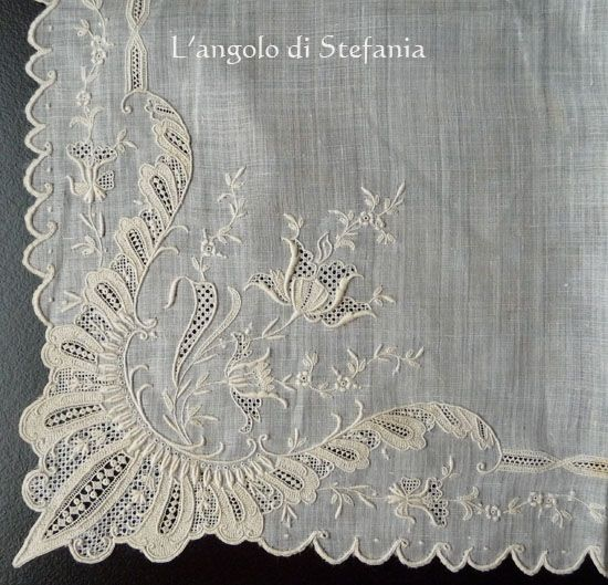 handkerchief...I love the specialness of carrying one! have 20+ including my mothers and my first one at about age 5!Pretty Hankie, Embroidery Details, Encajes Tul Puntillas, Handkerchief I, Fashion Vintage, Vintage Linens, Vintage Hankie, Sewing Needlework, Style Fashion