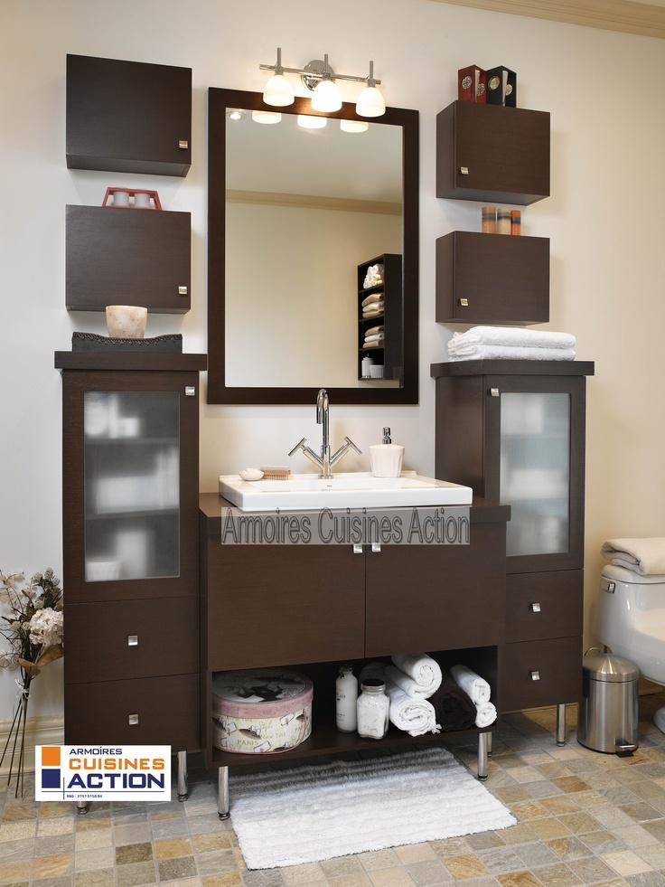 Une salle de bain en Wenge avec un grain horizontal lui confère un look contemporain. Les portes vitrées et le grand miroir complète le tout.