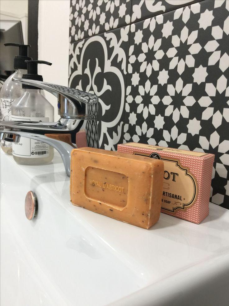 On exfolie naturellement sa peau avec un parfum tout doux d'abricot 🍊 #lourmarin #soinducorps #savon #exfoliant #abricot #apricot #provence #skincare #skin #cares #soins #savons #savonnaturel #naturalsoap #Marseille