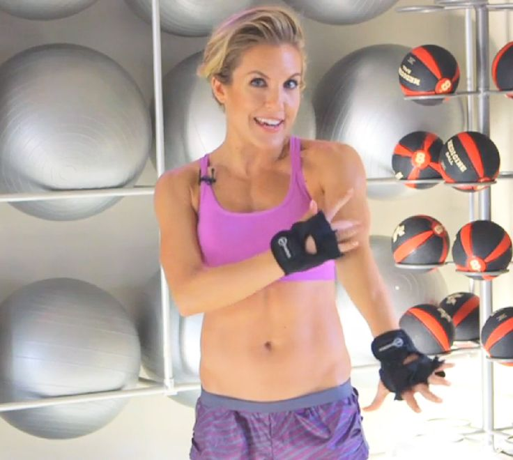Anna Kaiser, trainer to stars like Sofia Vergara, Kelly Ripa, and Sarah Jessica Parker, reveals exclusively to Us Weekly how to sculpt your arms in just three easy moves -- watch