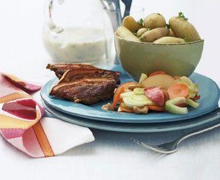 Stegt flæsk med fedtfattig persillesauce og fennikelsalat | Magasinet Mad!