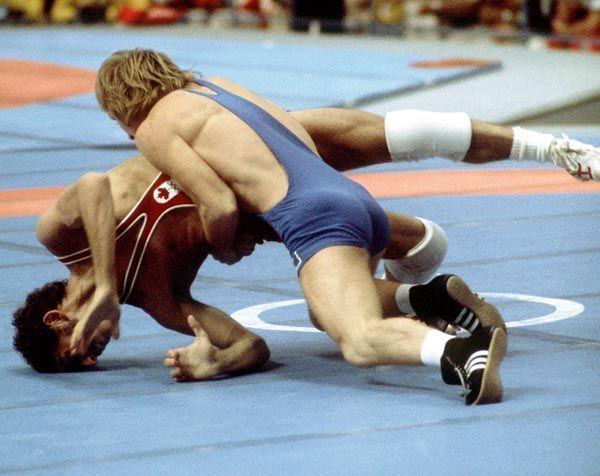 Howard Stupp (rouge) du Canada participe en lutte à la lutte aux Jeux olympiques de Montréal de 1976. (Photo PC/AOC)