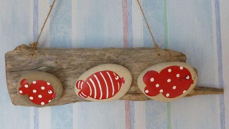 Galets poissons rouges sur bois flotté