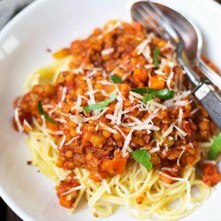 20-Minuten Rote Linsen-Bolognese! Super einfach mit Schalotten, Knoblauch, Karotte, roten Linsen, gehackten Tomaten, Brühe und Spaghetti.