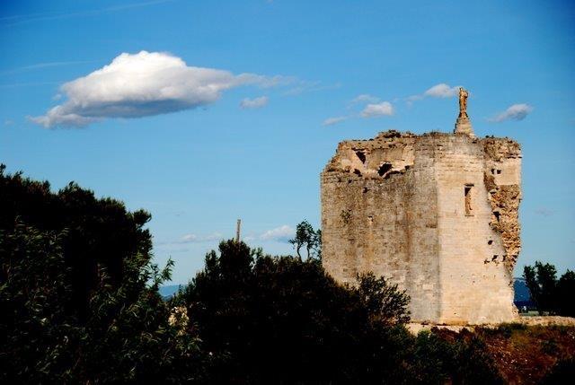 SITE DU CHATEAU. Dominant la Plaine de Camargue la Tour de la Madone est le seul vestige du donjon féodal. L'installation d'une vierge au XIXe siècle a donné son nom à ce lieu où l'on peut découvrir un superbe panorama.    Chemin de la Tour - 30127 BELLEGARDE