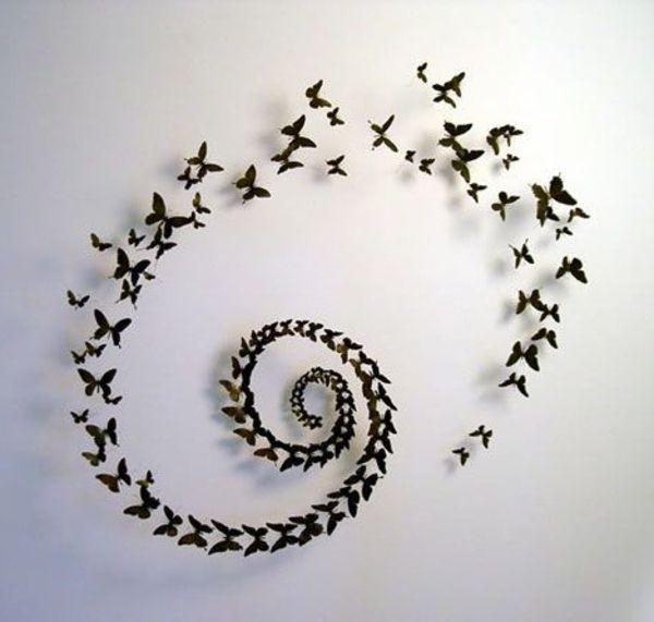 Cute wei e wand mit interessanter dekoration kleine schmetterlinge in schwarz u