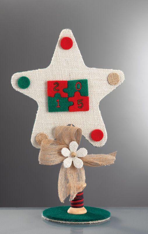 www.mpomponieres.gr Επιτραπέζιο χριστουγεννιάτικο αστέρι φτιαγμένο από λινάτσα και τσόχα διακοσμημένο με παζλ από τσόχα και κεντημένο επάνω του το 2015, στην βάση του έχει ξύλινη κουβαρίστρα και λουλούδι λινάτσας και χάντρα. Όλα τα χριστουγεννιάτικα προϊόντα μας είναι χειροποίητα ελληνικής κατασκευής. http://www.mpomponieres.gr/xristougienatika/epitrapezio-diakosmitiko-gia-ta-xristougenna-me-linatsa.html #burlap #christmas #ornament #felt #stolidia #xristougenniatika