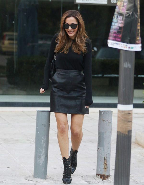 Η Δέσποινα Βανδή σε ένα στιλάτο look μ' ένα hot fashion item.
