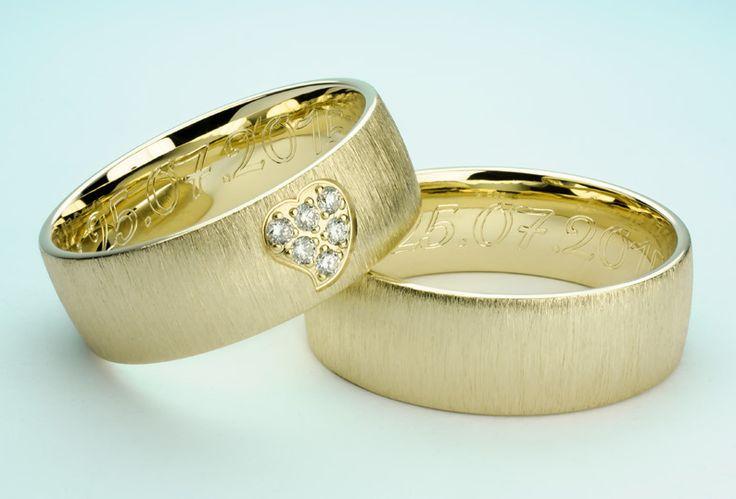 Niesamowite obrączki ślubne z sercem wysadzanym brylantami.