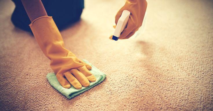 Voit puhdistaa maton tehokkaasti ilman mattopesuria. Ruokasooda raikastaa tunkkaisen maton ja purkkatahra lähtee irti jääpalalla.