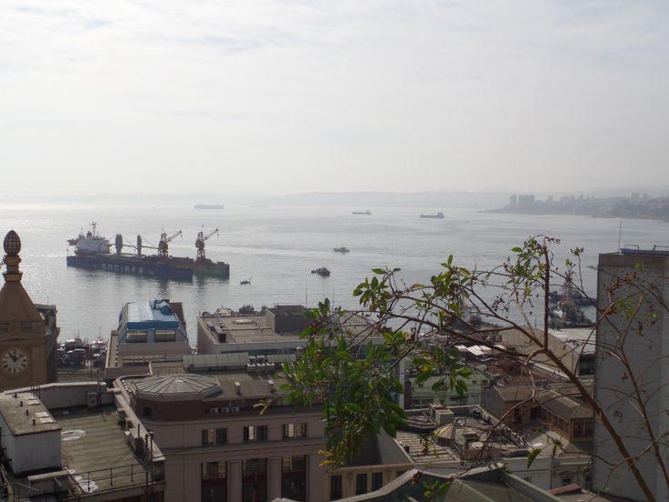 Valparaiso. La vista desde mi habitación. Me quedé aquí el lunes el veintiuno de abril. Fui en un paseo en barco alrededor del puerto. Cené en un pizzería.