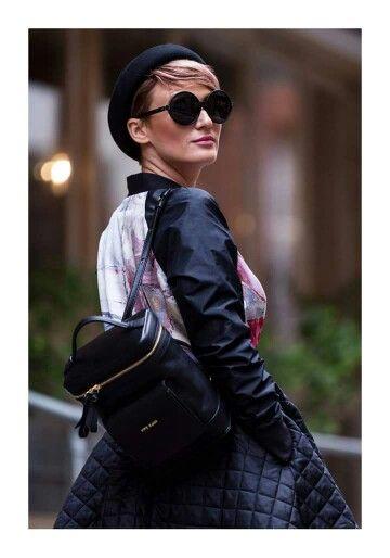 Întotdeauna o prezență încântătoare, draga noastră Carmen Negoiță strălucește în orice outfit. De aceastră dată, însă, ea a mizat pe o fustă midi, o geacă cu un imprimeu stylish și un rucsac fabulos, iar rezultatul a fost o ținută glam.   Descoperă alte poșete chic, pe www.yvybags.ro #loveYVYBags #leatherhandbags #YVYBagsfactory #loveourjob #clutch Carmen Negoita