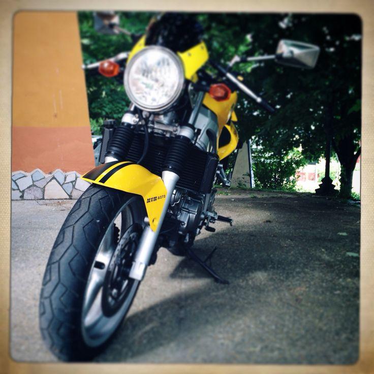 Yellow suzuki SV 650 Café Racer