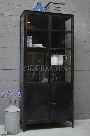 Apothekerskast 10178 - Zwarte apothekerskast met glas aan drie zijdes. Deze ijzeren kast heeft een industriële, eigentijdse look. De kast heeft vier houten legplanken (één achter de dichte deuren).