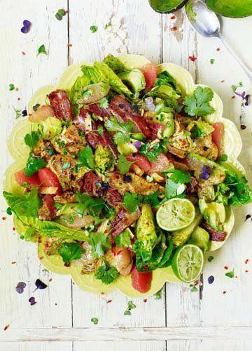 Как приготовить салат с индейкой как в Лос-Анджелесе  Скажете, ну, вроде, никто этого не знает! Знает, но вот как приготовить салат с индейкой почти как в Лос-Анджелесе его готовят, узнаем от нашего Джейми.  Ну и как уверяет нас Мастер, простой, но оооочень вкусный салат!