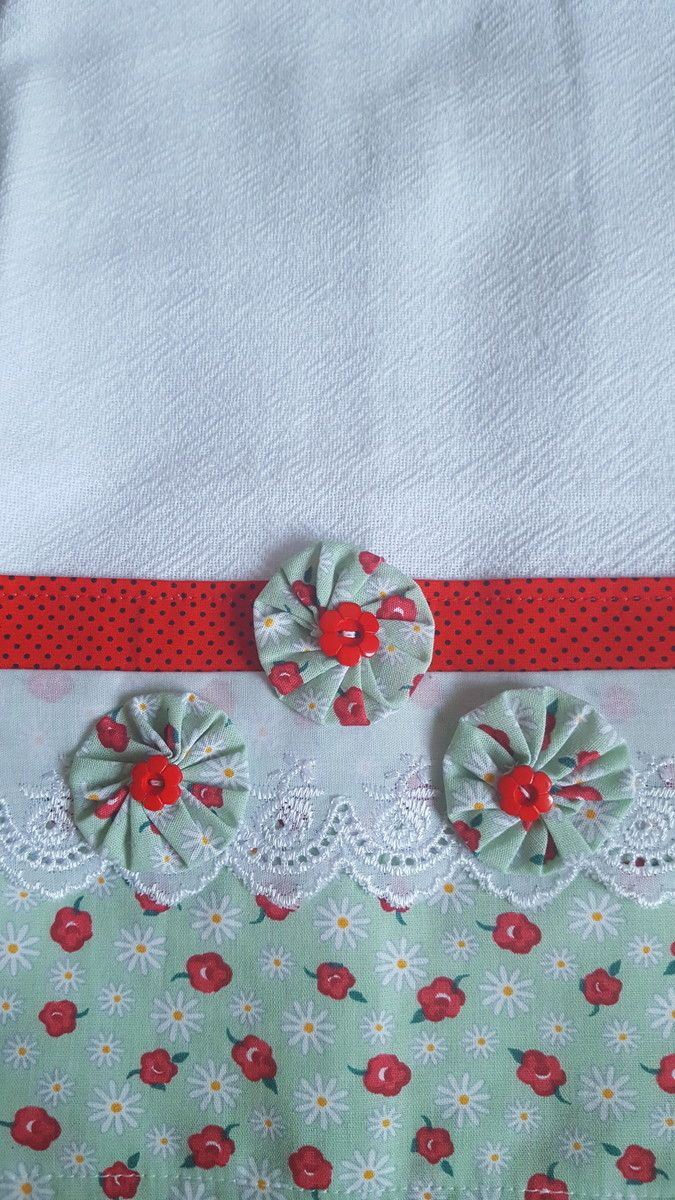 Pano de Prato confeccionado com sacaria da melhor qualidade 100% algodão decorado com barrado em tricoline 100% algodão, bordado inglês e fuxicos.