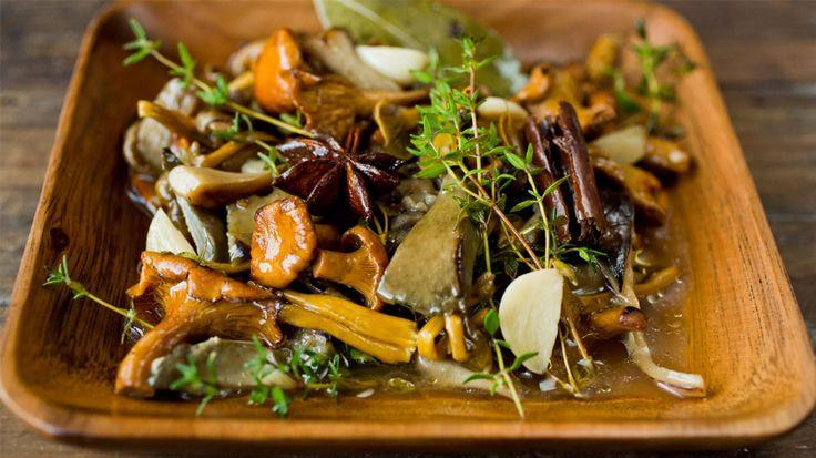 Kryddersyltet sopp er et spennende innslag og smaker nydelig i salater, eller som tilbehør til kjøtt, fisk, posteier og pateer.    Den syltede soppen er holdbar i ca. en måned i glass oppbevart kjølig.