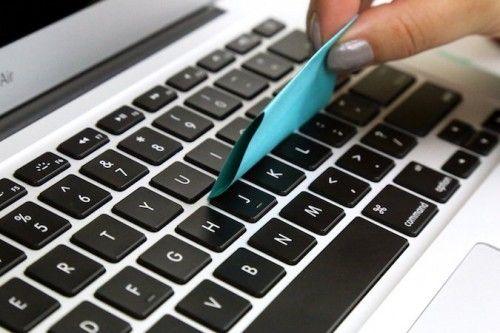 Criatividade para encontrar novas funções é essencial nos tempos de hoje; clips, post-its e fitas adesivas são materiais que podem facilitar nossa vida em diversas situações, e muitas delas não são necessariamente dentro do escritório. Separamos alguns usos para você conferir: 6. Limpar o teclado. Use o lado adesivo do post-it para retirar a sujeira acumulada nas teclas do notebook.post-it-hack2