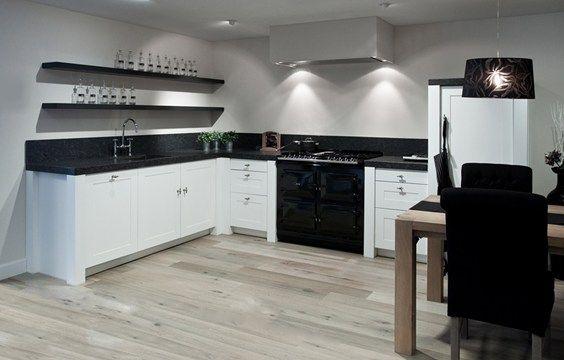 Mooi Aga fornuis in een witte keuken