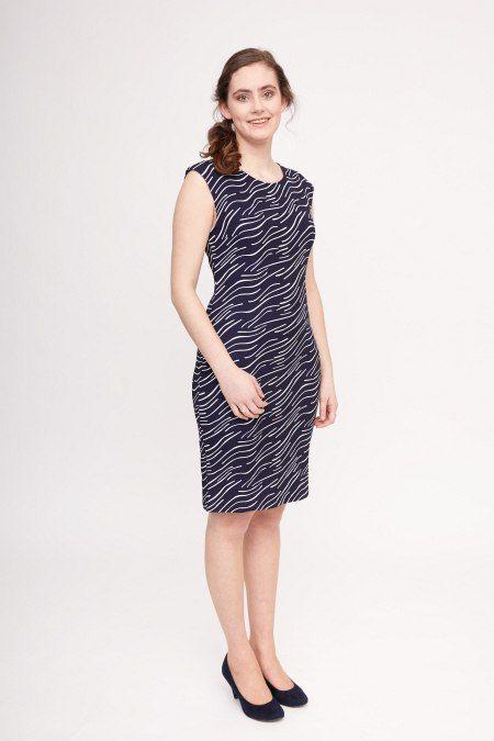 Dit donkerblauwe jurkje met golvende grafische print kan naar elke gelegenheid gedragen worden.