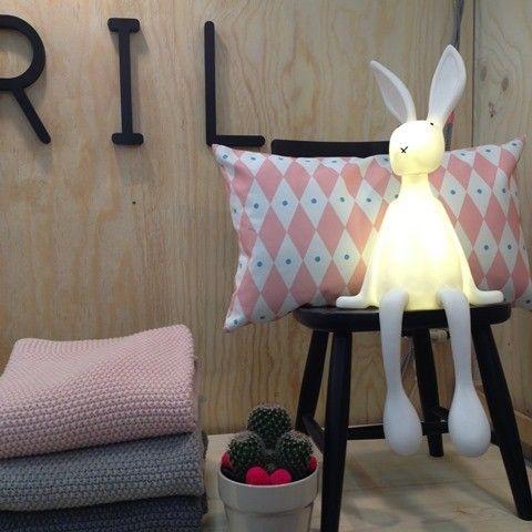 Hoe leuk is deze nieuwe nachtlamp konijn Joseph van Rose in April. Helemaal te gek toch! Wij zijn verliefd!! Staat ontzettend leuk op de babykamer / kinderkamer, op een plankje boven de commode of het bed. Heel grappig met die slungelbenen!