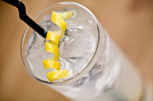 Tim Collins Pour the gin, lemon juice, and sugar syrup in a collins glass with ice cubes.  Stir thoroughly.