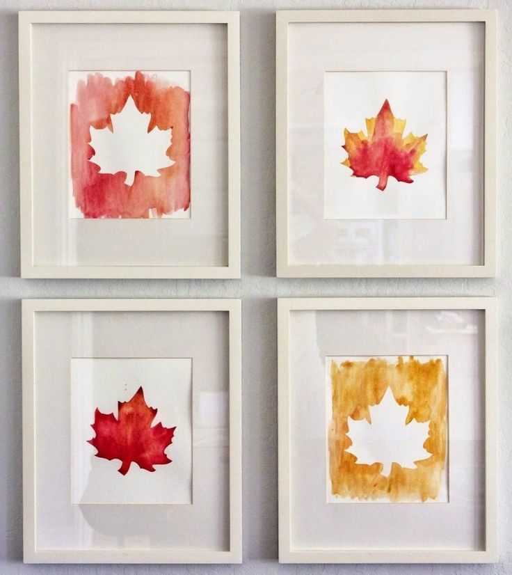 schöne Herbstblätter mit Wasserfarbe gemalt und in Rahmen an der Wand aufgehängt