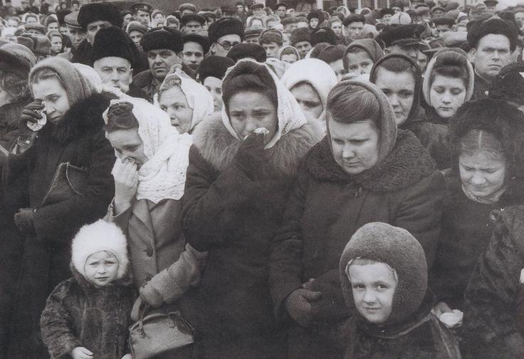 Плач по умершему Сталину...Soviet citizens mourning Stalin's death.